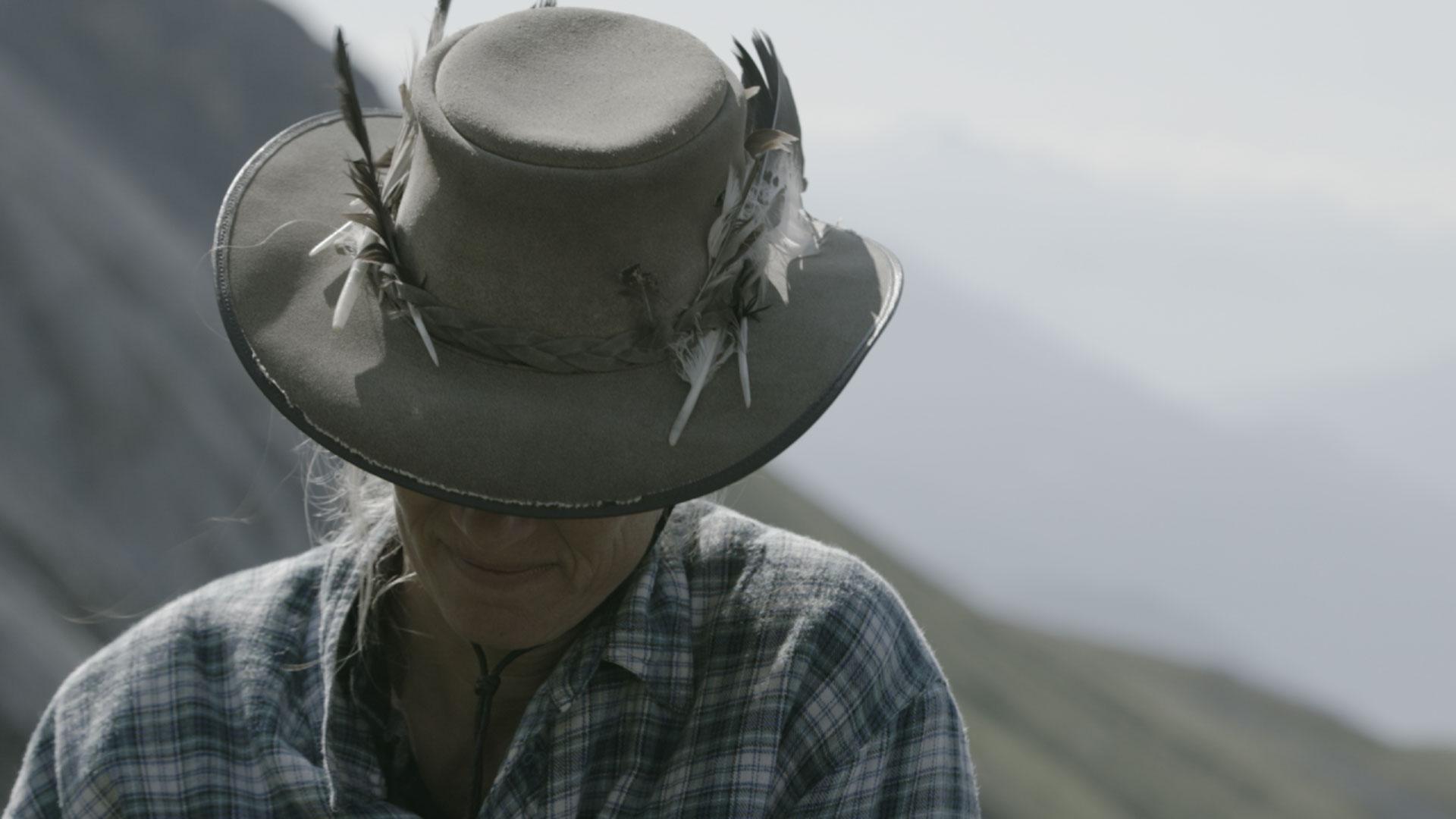 Hirtin mit Hut, der Federn trägt