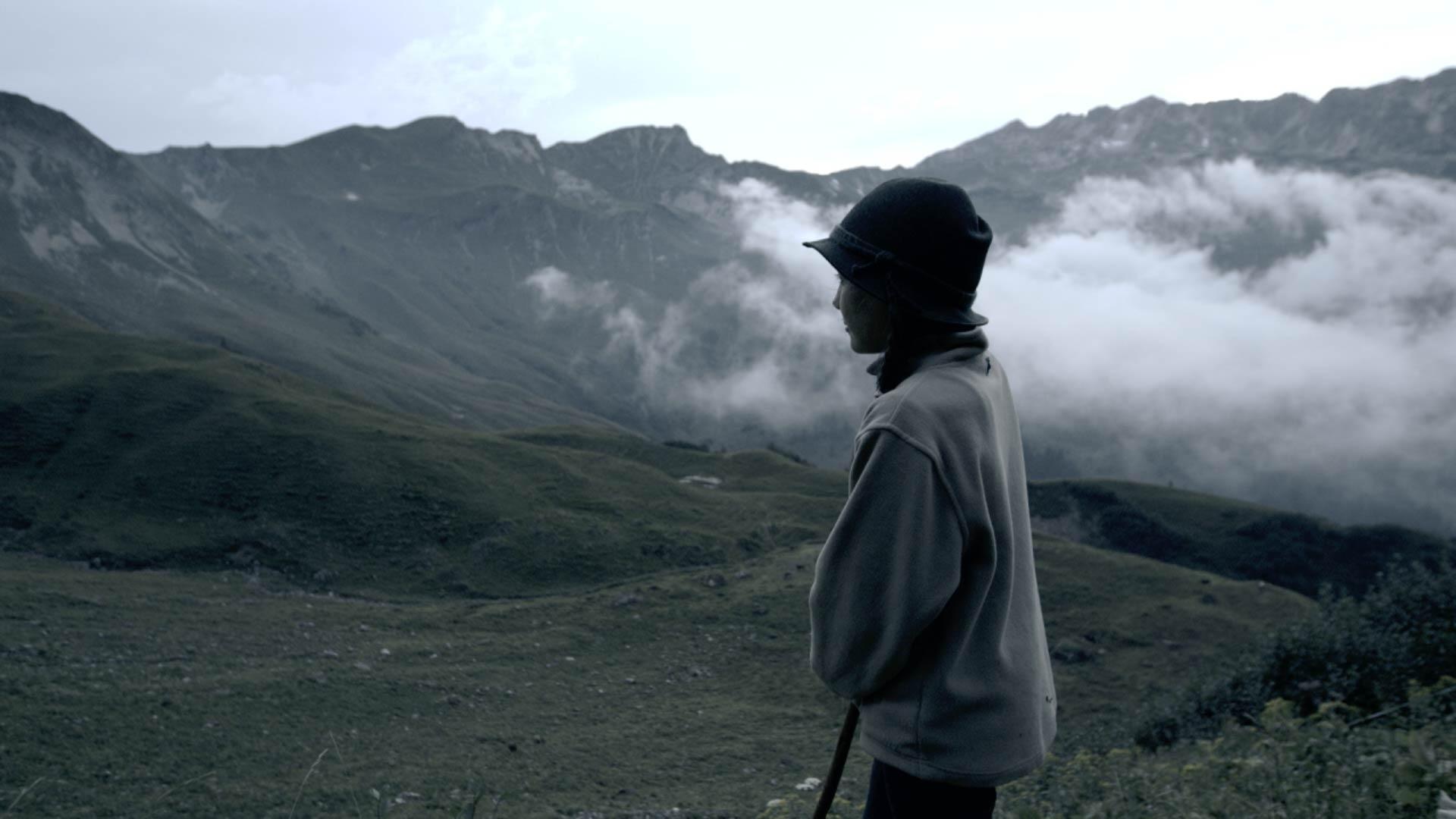 Junge Hirtin auf der Alp