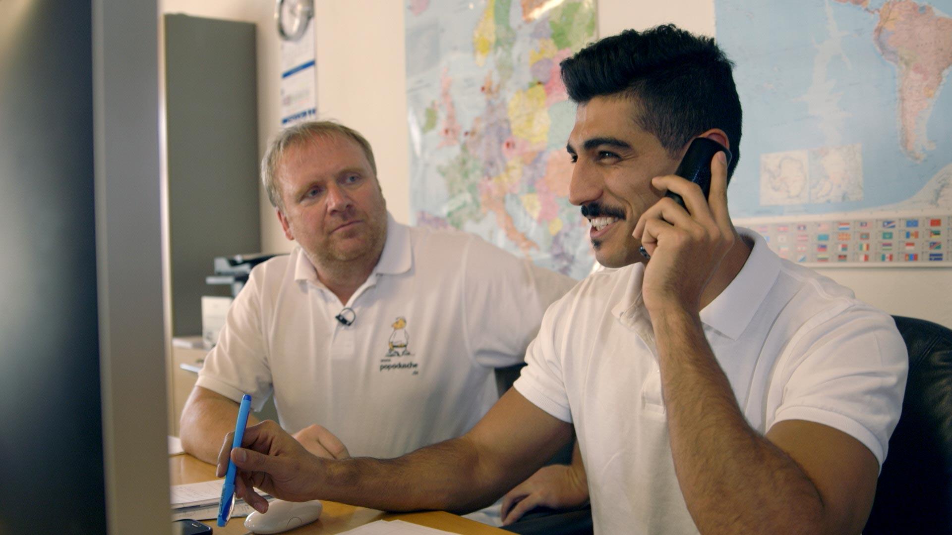 Syrer arbeitet mit seinem deutschen Chef