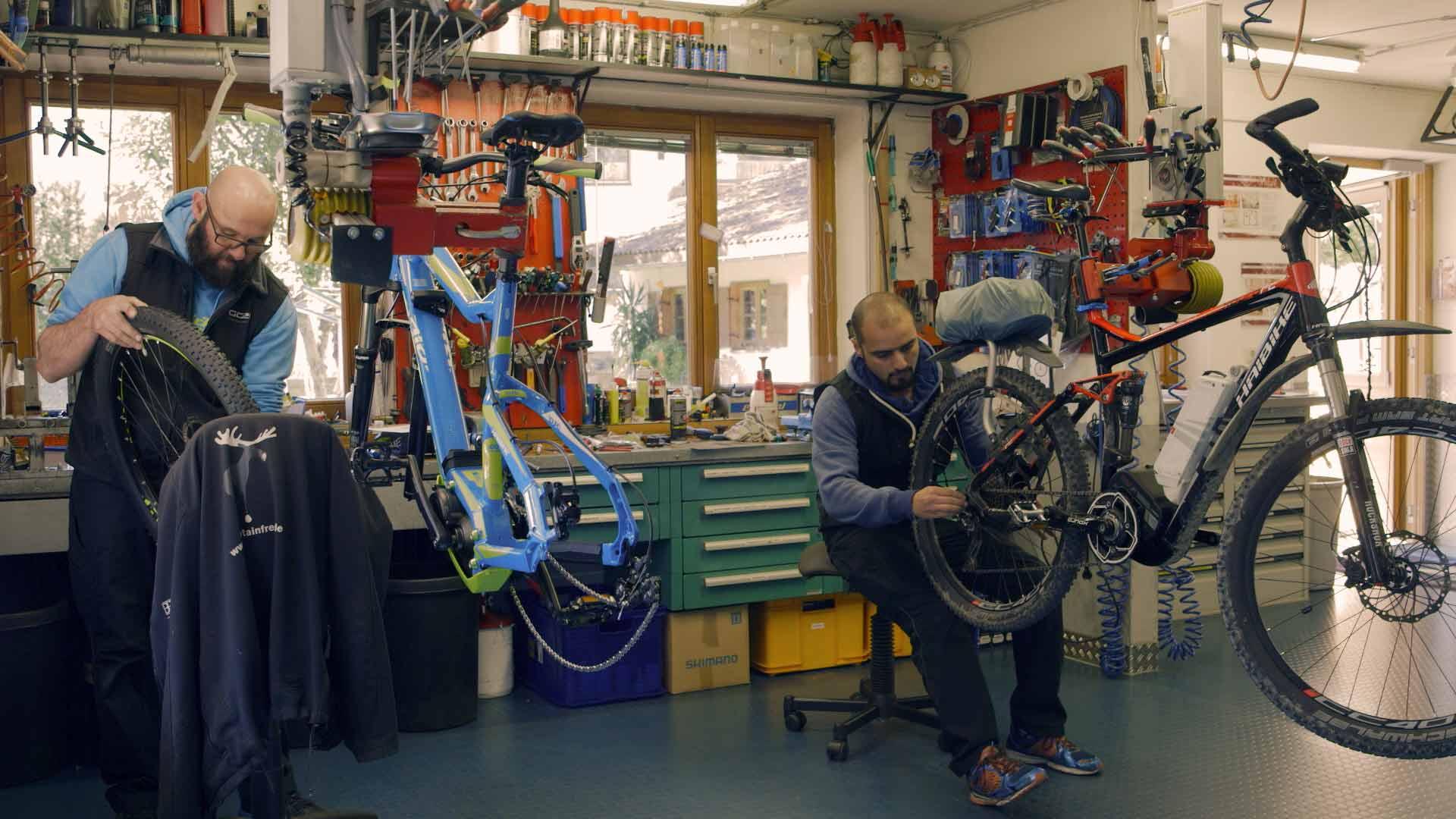 Syrer arbeitet in einer Fahrrad-Werkstatt