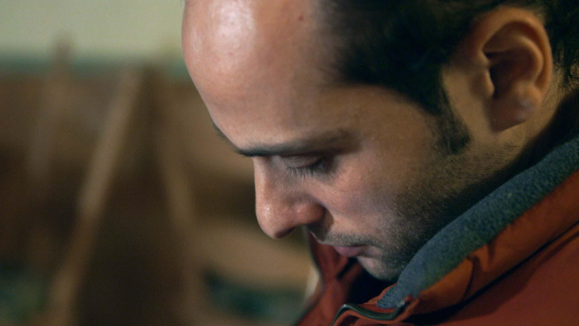 Syrer liest seinen Bescheid vom Bamf