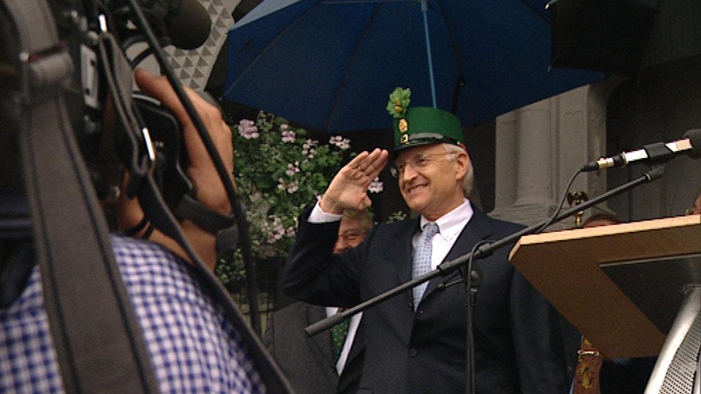 Edmund Stoiber trägt eine grüne Mütze