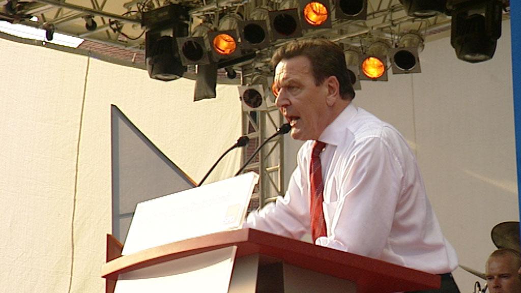 Gerhard Schröder bei einer Wahlkampfrede 2002