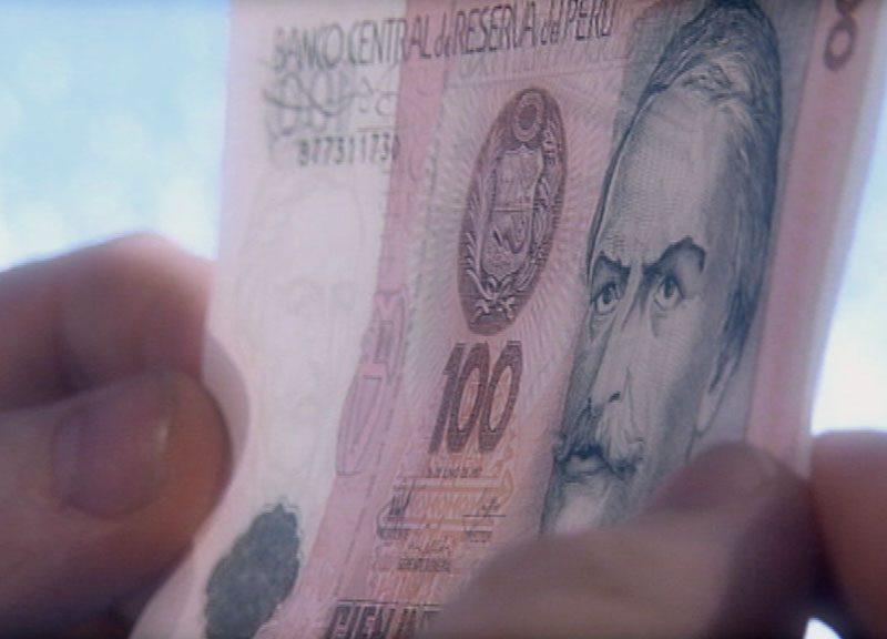 Geldschein wird vor Licht gehalten um seine Qualität zu prüfen