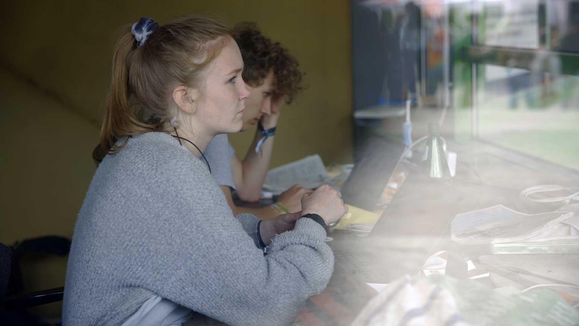 junge Aktivistin blickt skeptisch in die Zukunft