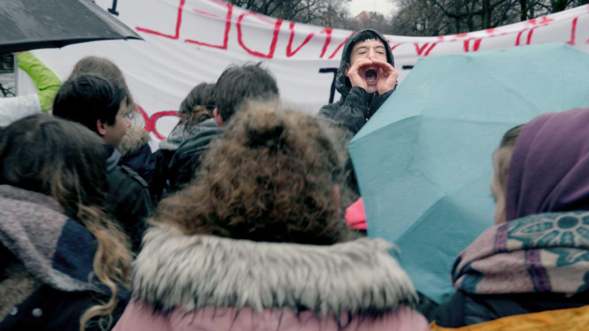 jungendlicher Aktivist skandiert bei einer fridays for future Demo