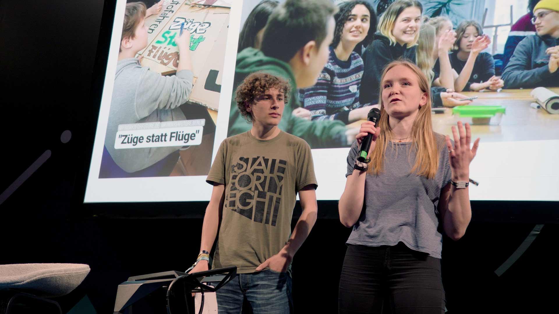 Aktivistin von fridays for future berichtet vor Publikum über die Entstehung der Bewegung
