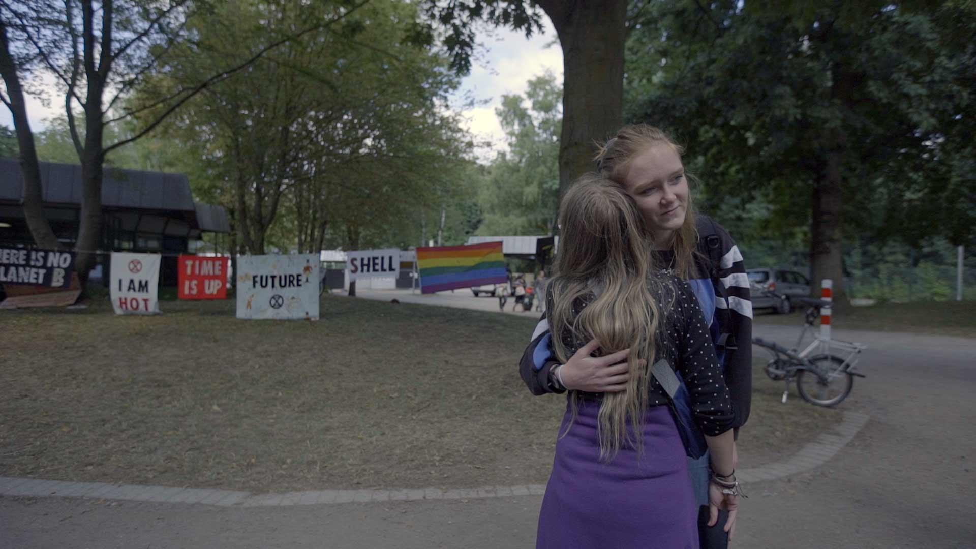 junge Aktivistinnen liegen sich in den Armen