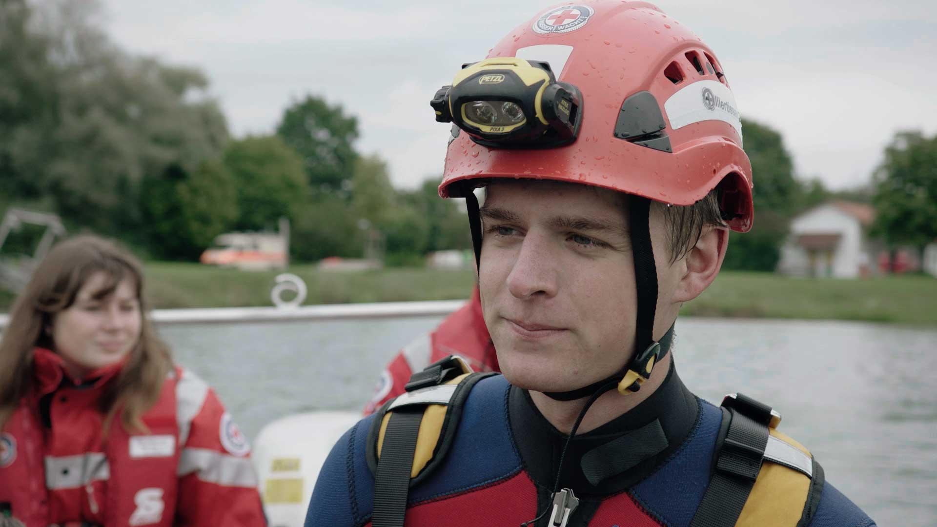 junger Mann engagiert sich bei der Wasserwacht