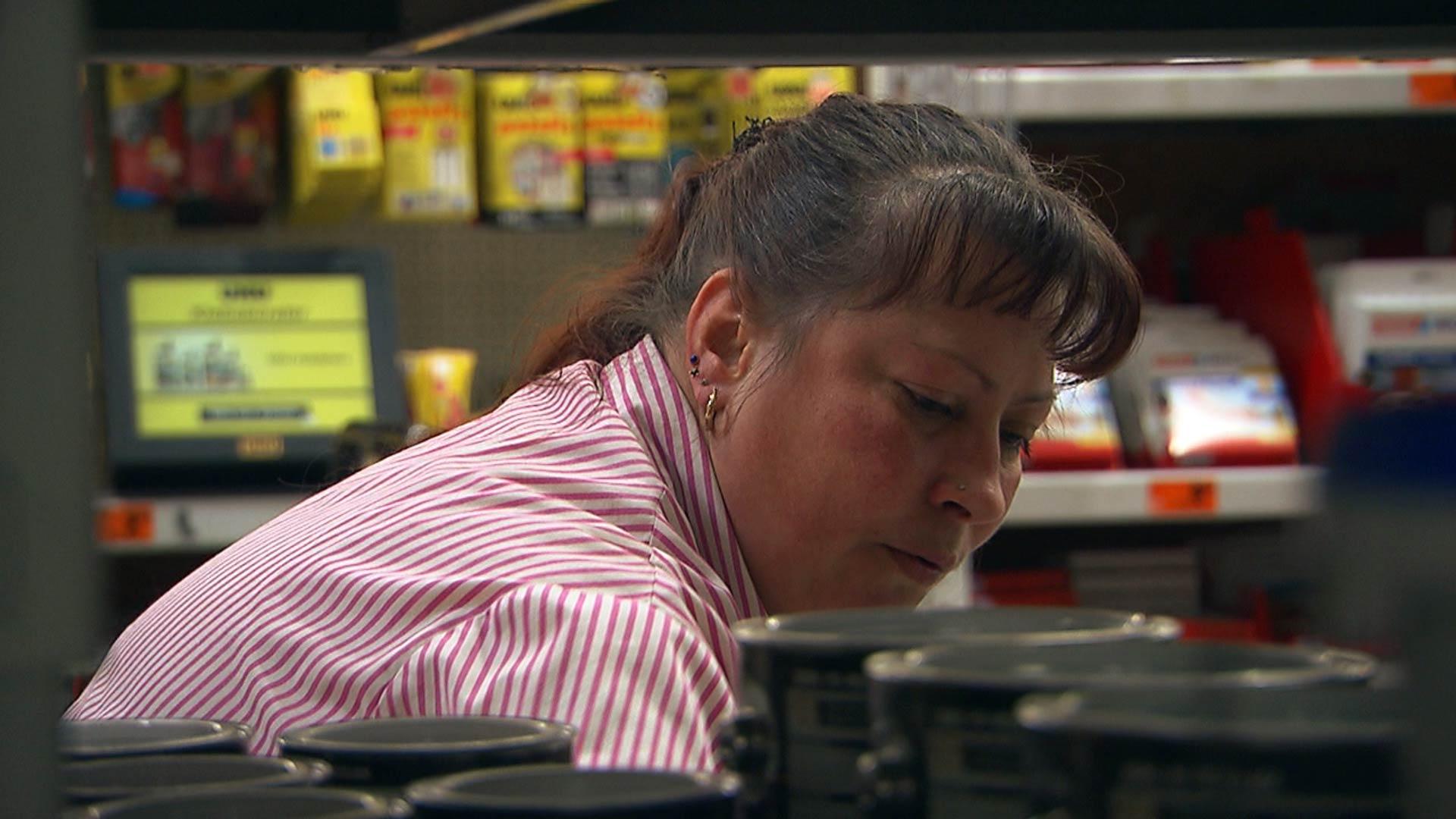 Frau arbeitet im Schichtbetrieb