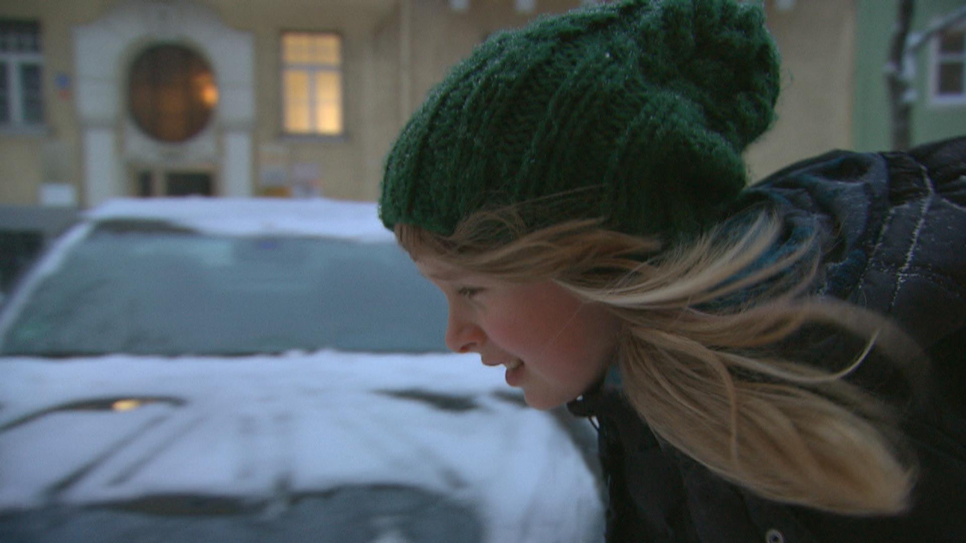 Mädchen auf dem frostigen Nachhauseweg von der Schule