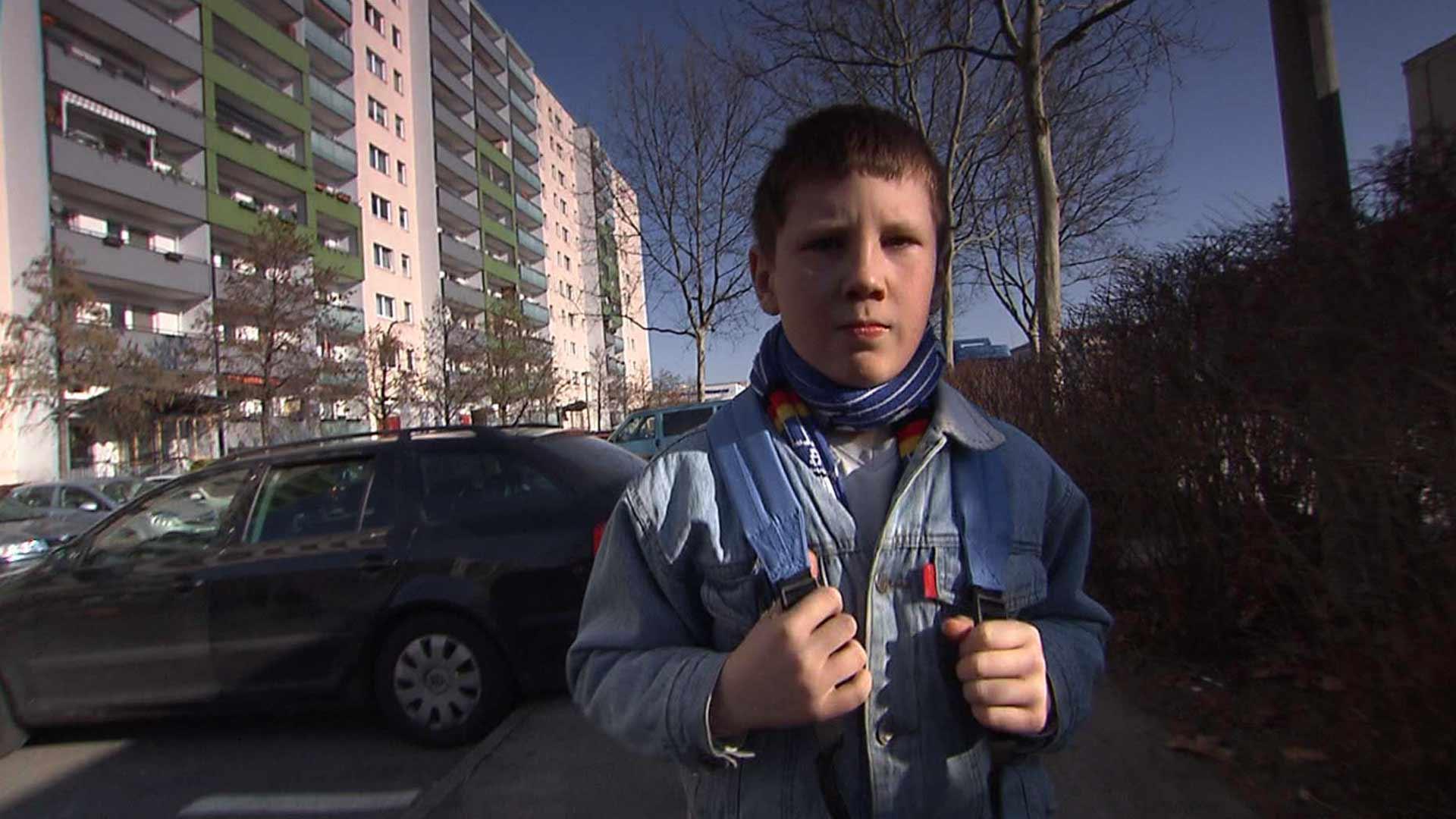Junge auf dem Weg zur Schule