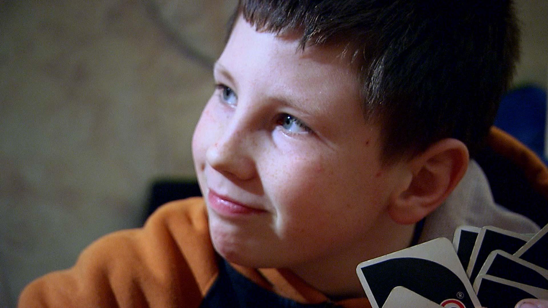 Junge spielt in seiner Freizeit Uno