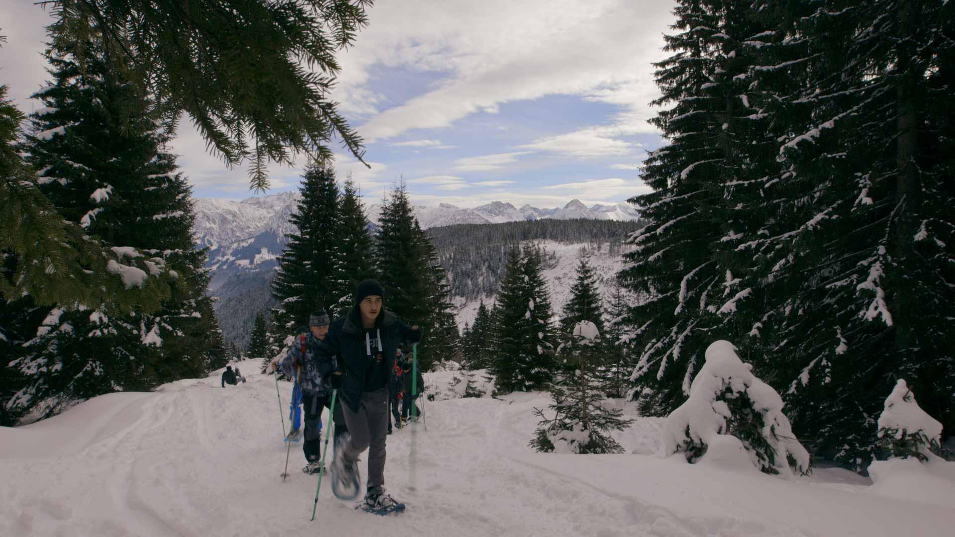 Geflüchtete beim Schneeschuh-Ausflug in die Alpen