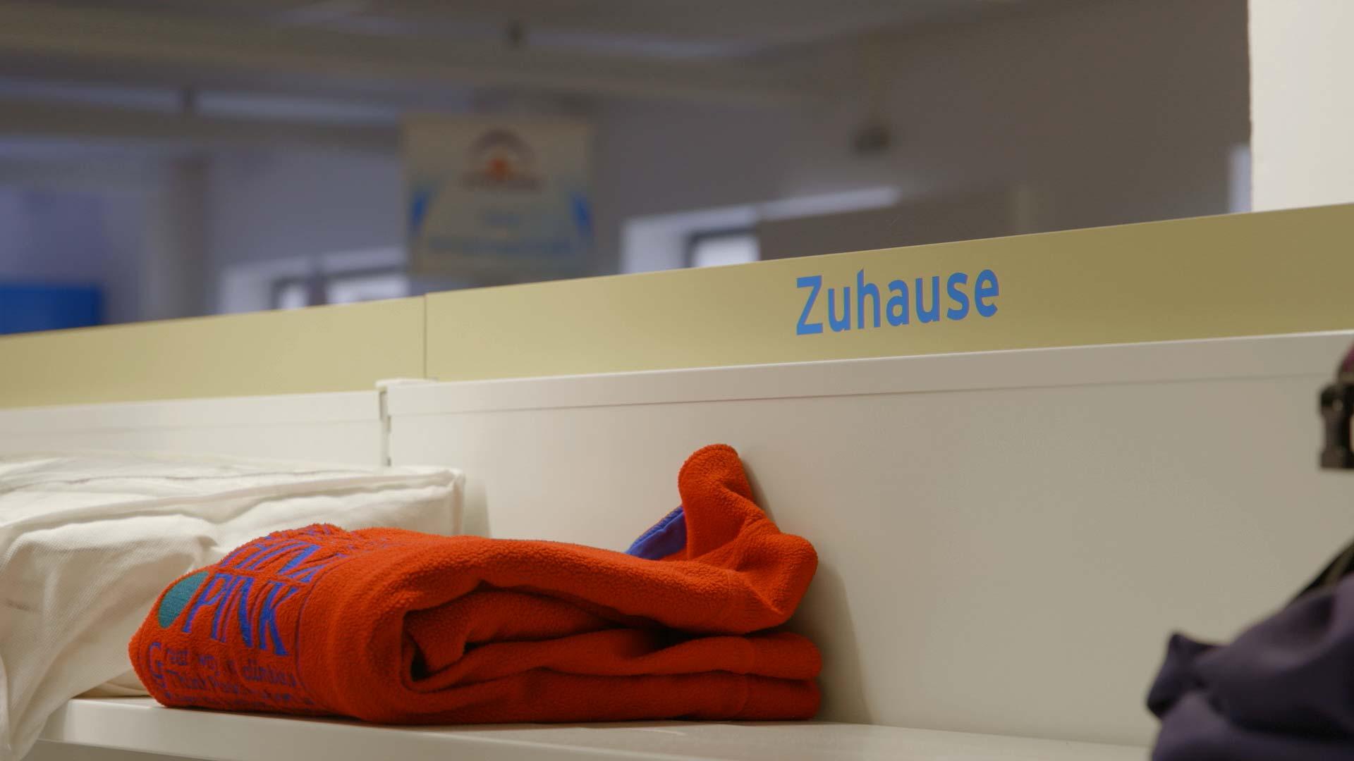 Kleiderkammer für Geflüchtete - Aufschrift Zuhause
